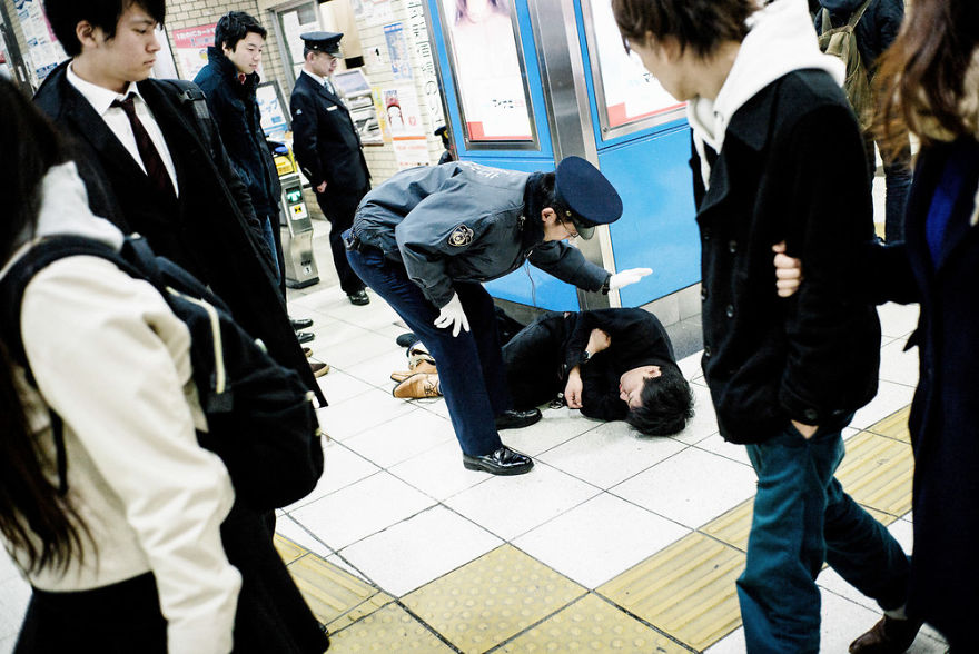 Khi xỉn 'quắc cần câu' thì người Nhật cũng vạ vật khắp chốn như ai