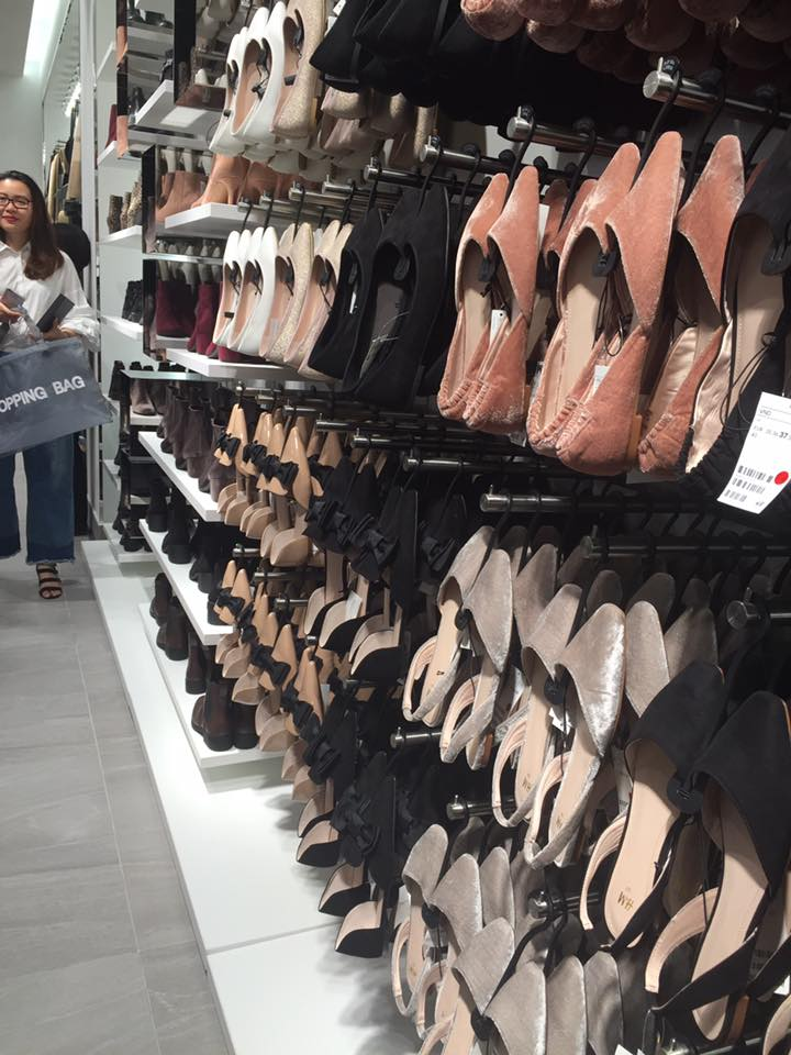 [Độc quyền] Khỏi cần xếp hàng nắng nôi, xem ngay bên trong H&M Việt Nam trước giờ khai trương