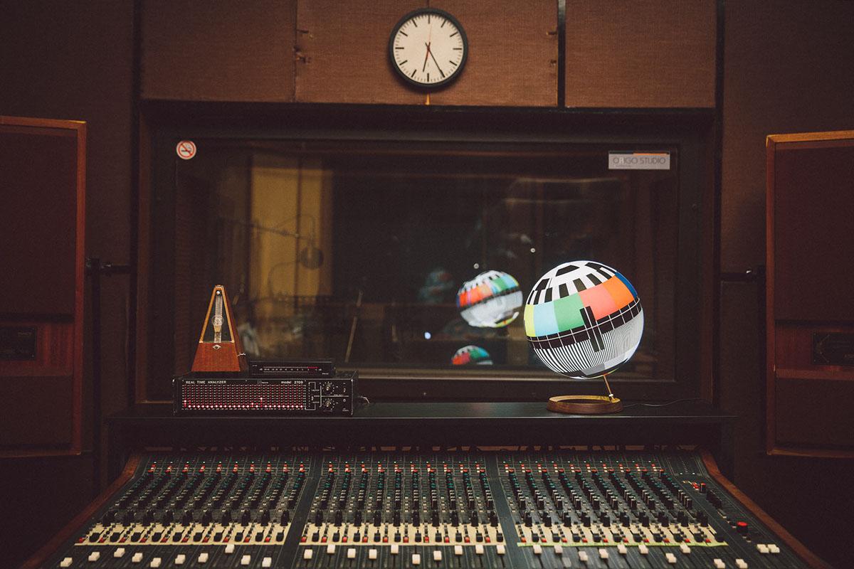 Mono Lamp - Chiếc đèn 'mất sóng' gợi nhắc tuổi thơ