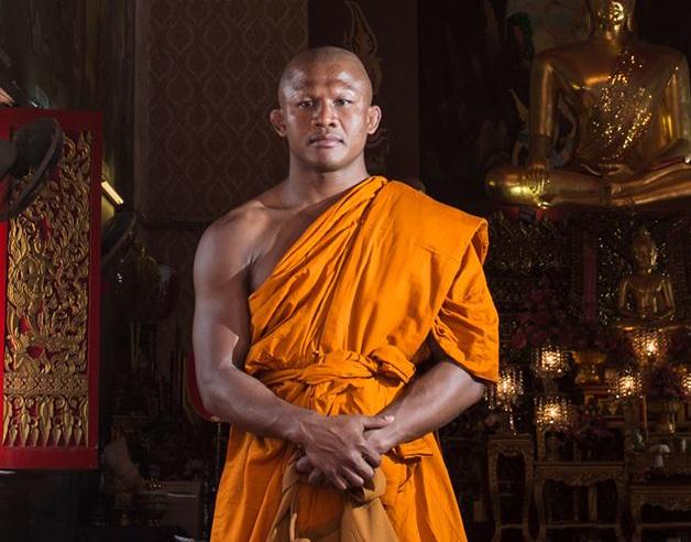 'Đường Tank' cuồn cuộn 6 múi là... võ sĩ Muay Thái xuất gia