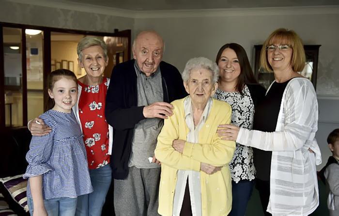 Mẹ 98 tuổi dọn vào nhà điều dưỡng để chăm sóc con trai 80 tuổi: Tình mẫu tử không bao giờ ngừng lại