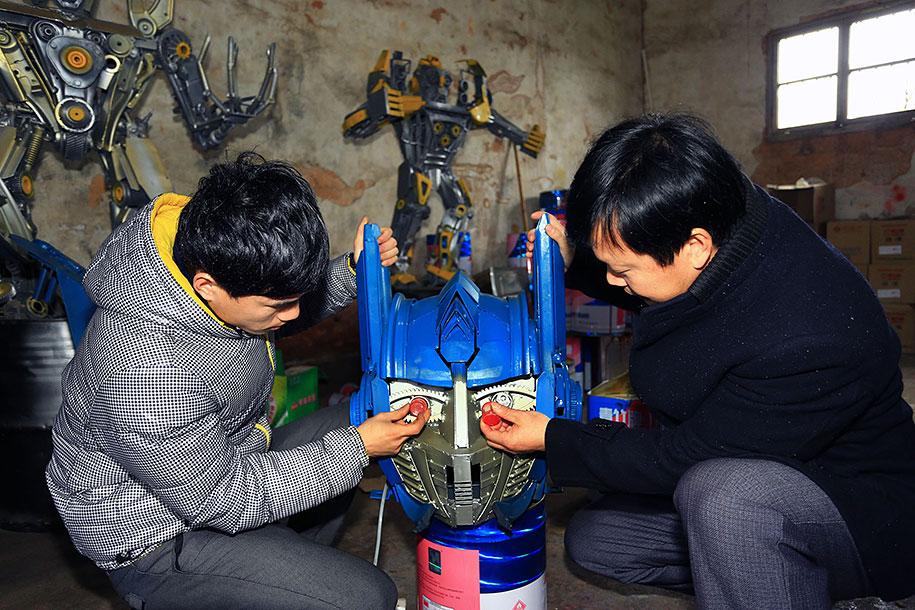Nông dân Trung Quốc tự chế Transformers từ... phế liệu