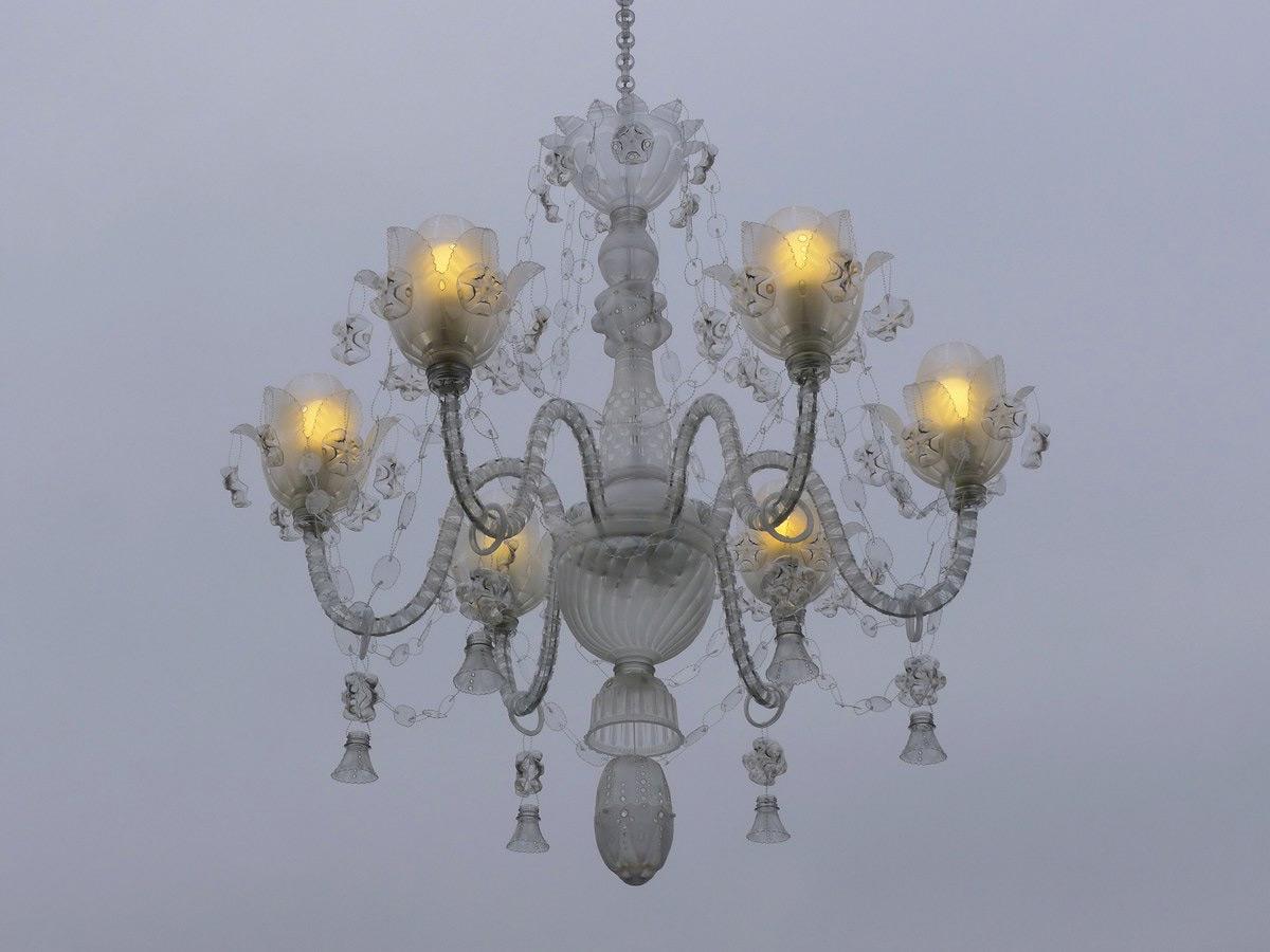 Những chiếc đèn chùm sang trọng được làm từ... vỏ chai nhựa