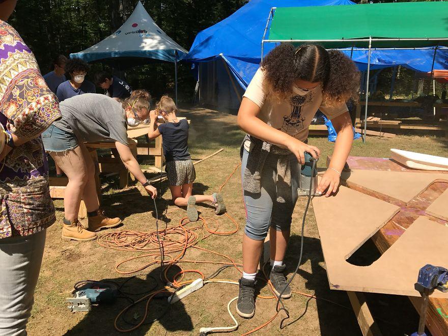 90 đứa trẻ chung tay xây... 'trạm không gian' trong rừng sâu