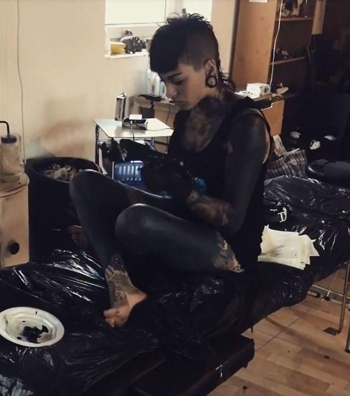 Nữ thợ xăm bị 'buộc tội' phân biệt chủng tộc khi tự xăm đen bản thân
