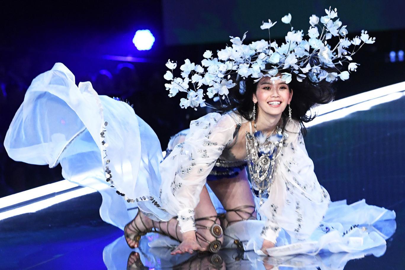 'Thiên thần trượt ngã' Ming Xi trên sàn diễn Victoria's Secret 2017 là ai?