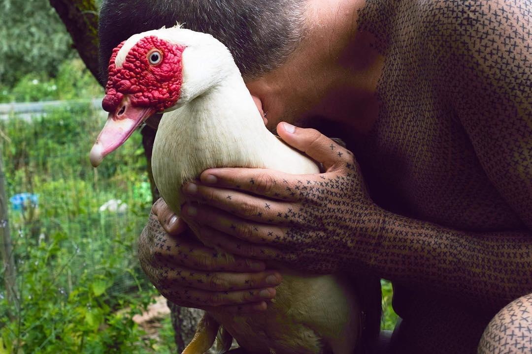 Gã ngư dân bỏ nghề, xăm 40.000 dấu chéo đòi quyền lợi cho động vật