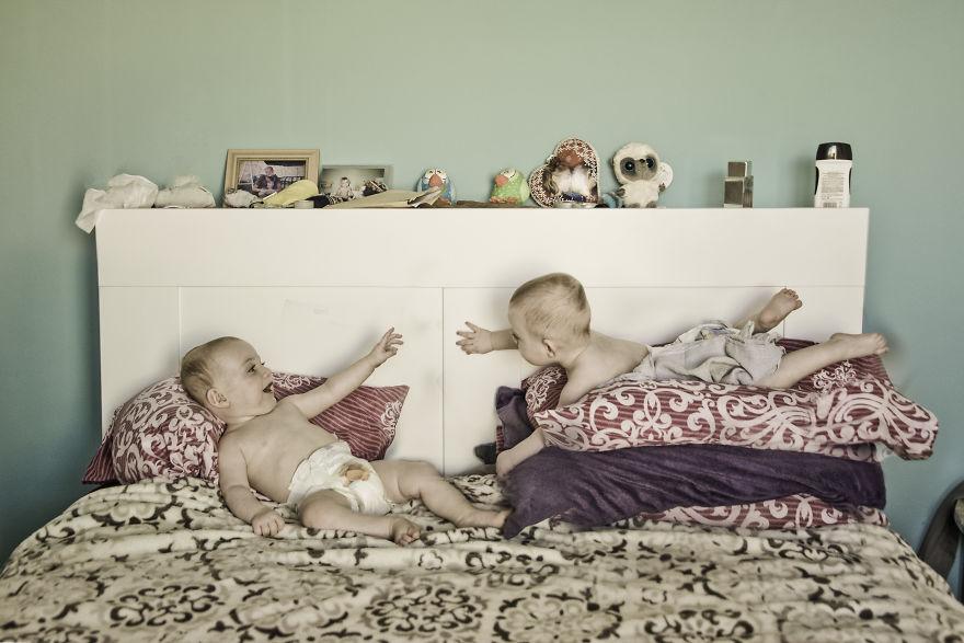 Đẻ được 2 cậu con đẹp như mơ để làm gì? Chụp ảnh 'câu like' chứ gì nữa!