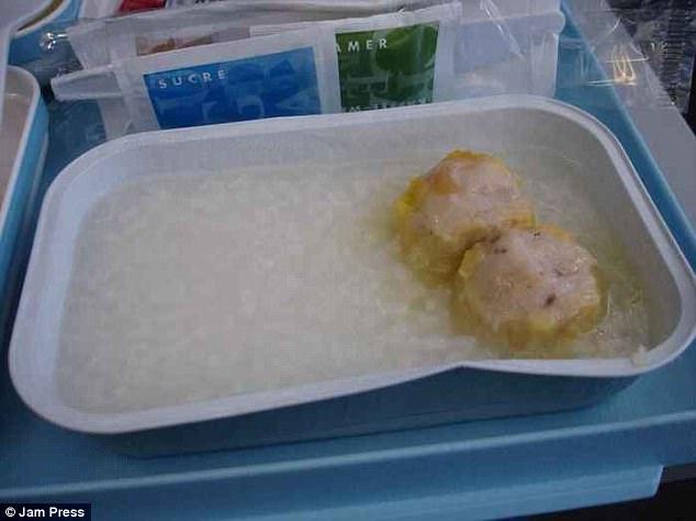 Những 'thảm hoạ' thức ăn trên máy bay khiến hành khách sợ đến già