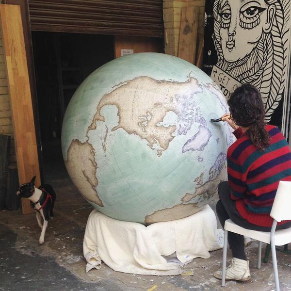 Ghé thăm một trong những studio cuối cùng trên thế giới làm quả địa cầu thủ công