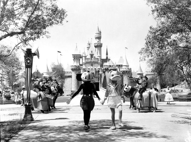 Nội quy ngầm tại nơi vui vẻ nhất thế giới: Disney Land