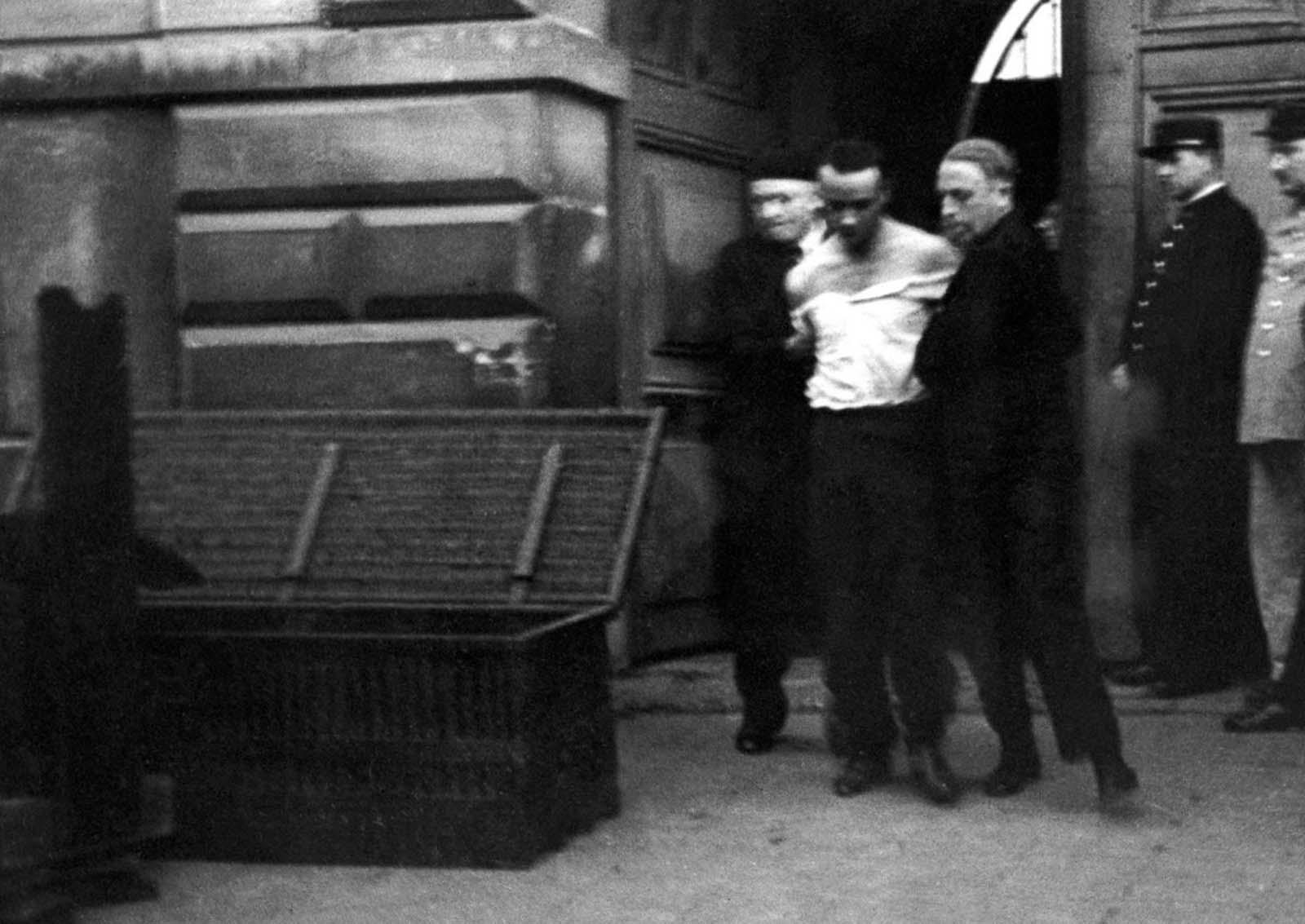 Câu chuyện đằng sau tên tội phạm cuối cùng bị xử tử công khai bằng máy chém