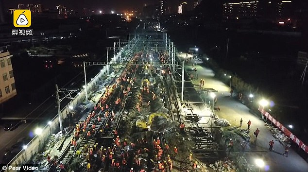 1500 công nhân Trung Quốc dựng tuyến đường sắt mới chỉ trong... 9 tiếng