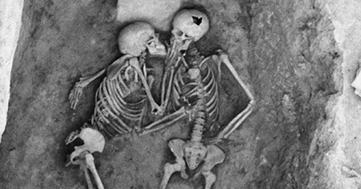 Nụ hôn 2800 năm chứng minh tình yêu vĩnh cửu vẫn tồn tại trên đời