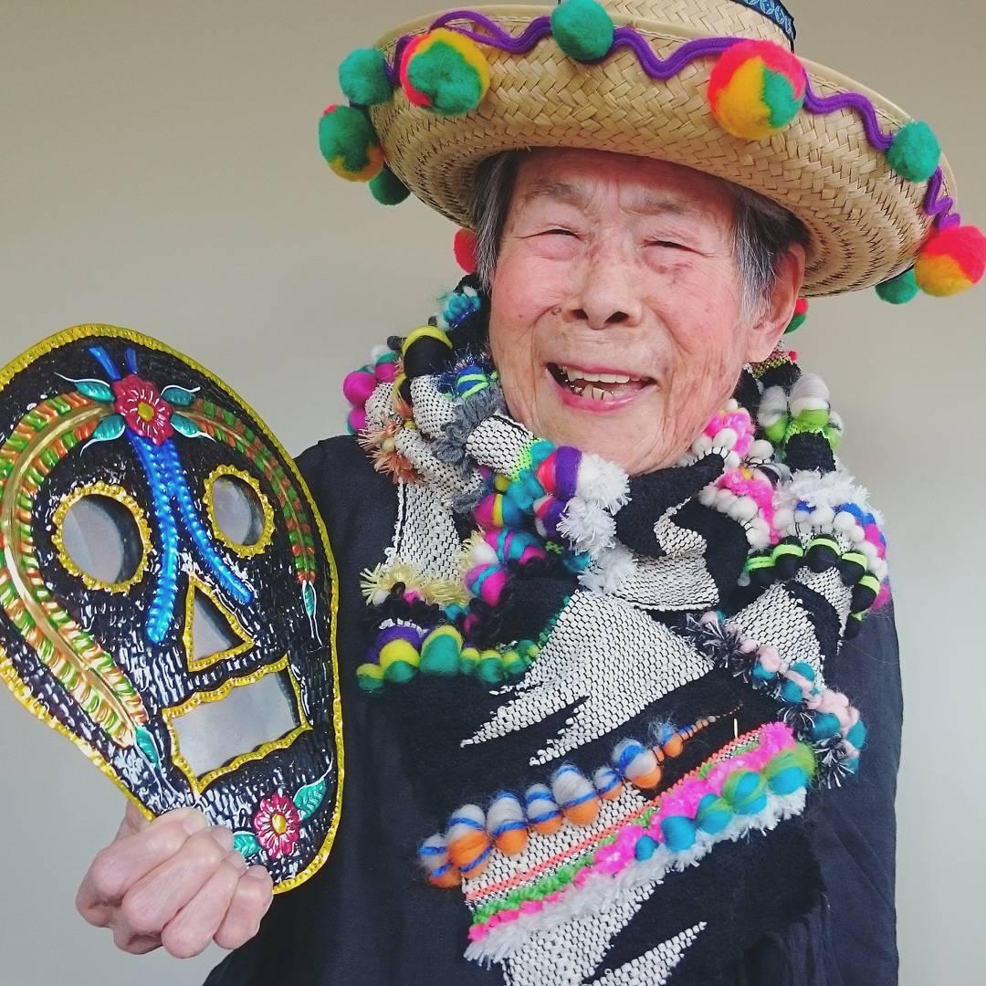 Đời người có mấy lúc vui, hãy tận hưởng cuộc sống sắc màu như cụ bà 95 tuổi này
