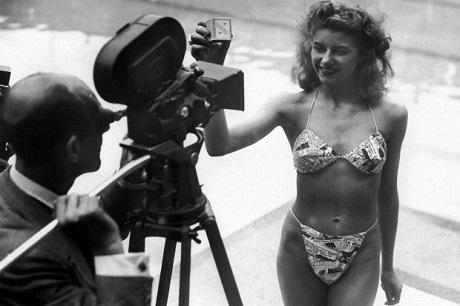 Lãnh giấy phạt vì mặc... bikini đi tắm biển: Chuyện thật như đùa của những năm 1950