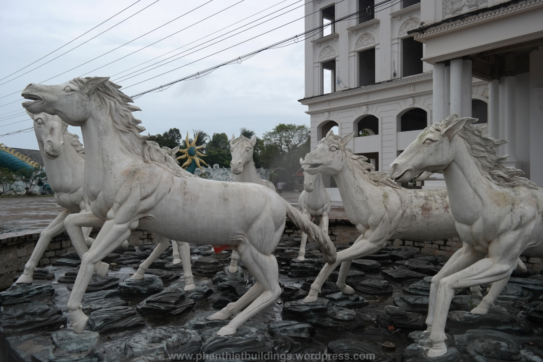 Những bức tượng dọa bạn 'chết khiếp' trong công viên giải trí bỏ hoang ở Phan Thiết
