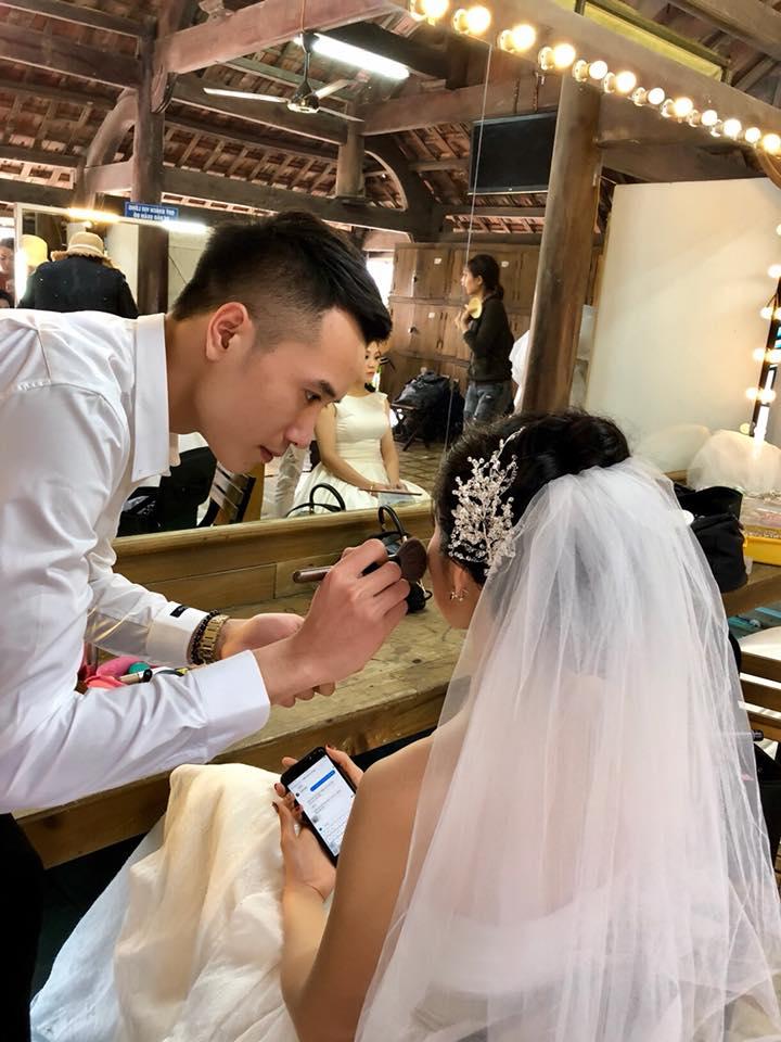 Anh chồng được 100 điểm thanh lịch vì... tự tay trang điểm cho vợ trong ngày cưới