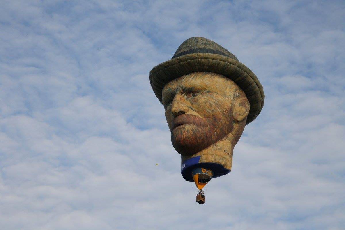 Khinh khí cầu hình đầu Van Gogh khiến người xem liên tưởng đến... bóng bay treo cổ