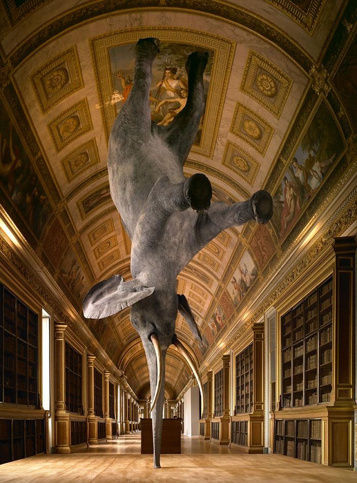 Những bức điêu khắc lạ lùng khiến bạn có cảm giác thế giới bị đảo lộn
