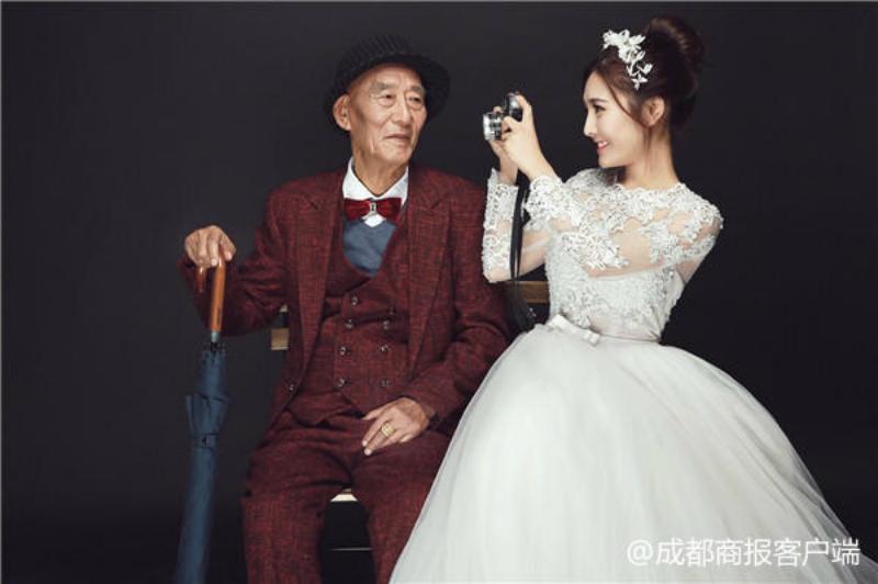 Cô gái độc thân mặc váy cưới hoàn thành tâm nguyện cuối cùng của ông mình