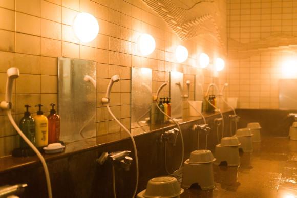 Xử lý ra sao khi muốn gội đầu vòi sen mà nhà tự nhiên mất nước?