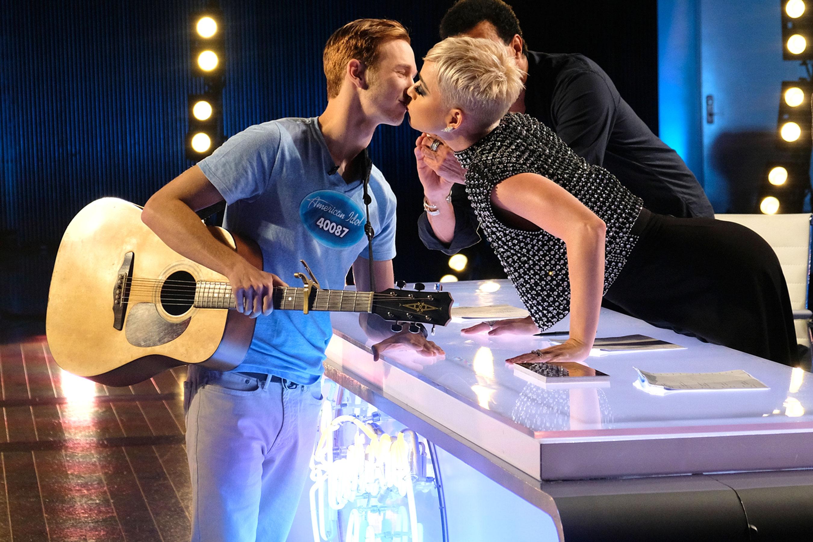 [SAO CHẶT CHÉM]: Katy Perry đáp trả chua cay khi thí sinh 'American Idol' nhắc tên Taylor Swift