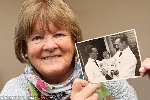 Người phụ nữ 81 tuổi tìm thấy cha mình nhờ vào ADN trên con tem sau 35 năm tìm kiếm