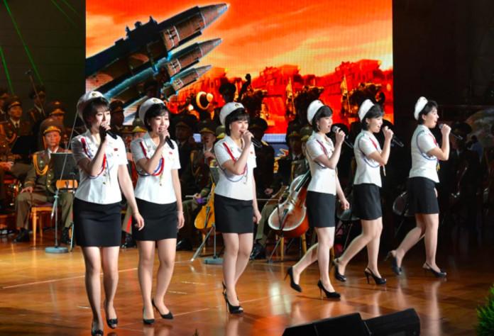 Các 'thuyết âm mưu' giải thích lý do Kim Jong Un chỉ chọn Irene đứng cạnh mình khi chụp ảnh