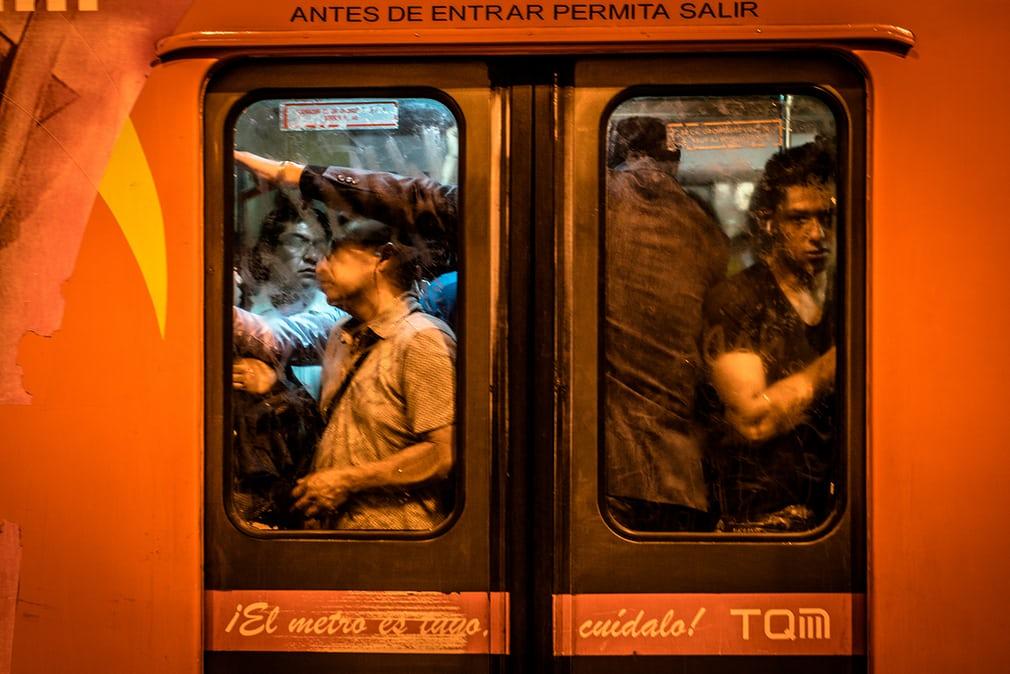'Huyền thoại' về thế giới đồng tính dưới lòng đường tàu điện ngầm Mexico