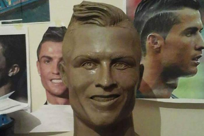 Sau khi thành nạn nhân của phong trào chế ảnh, cuối cùng bức tượng Ronaldo cũng được làm lại