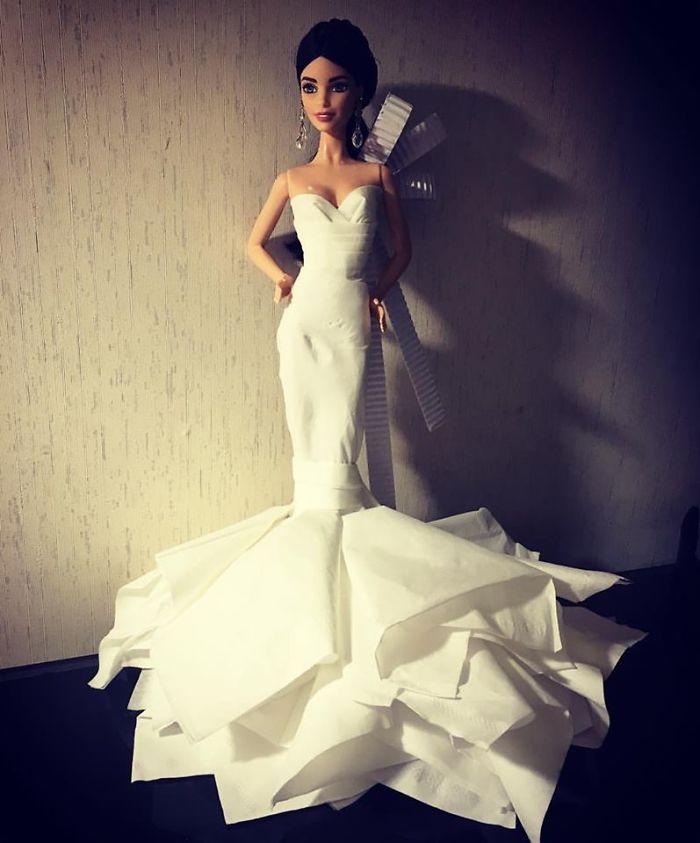 Những bộ trang phục đẹp mê hồn của búp bê Barbie được làm từ... khăn giấy vệ sinh