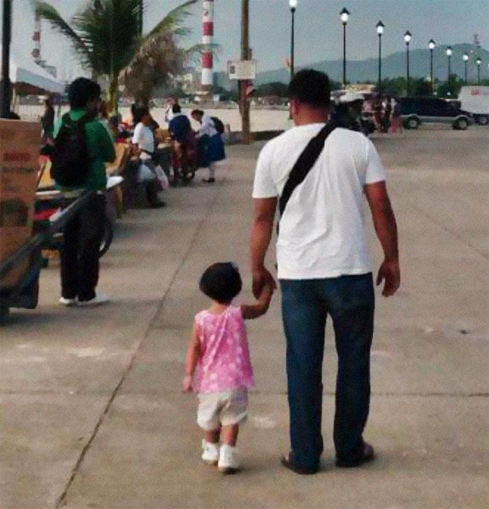 Mẹ bí mật chụp ảnh cha con tay trong tay làm trái tim bao người tan chảy