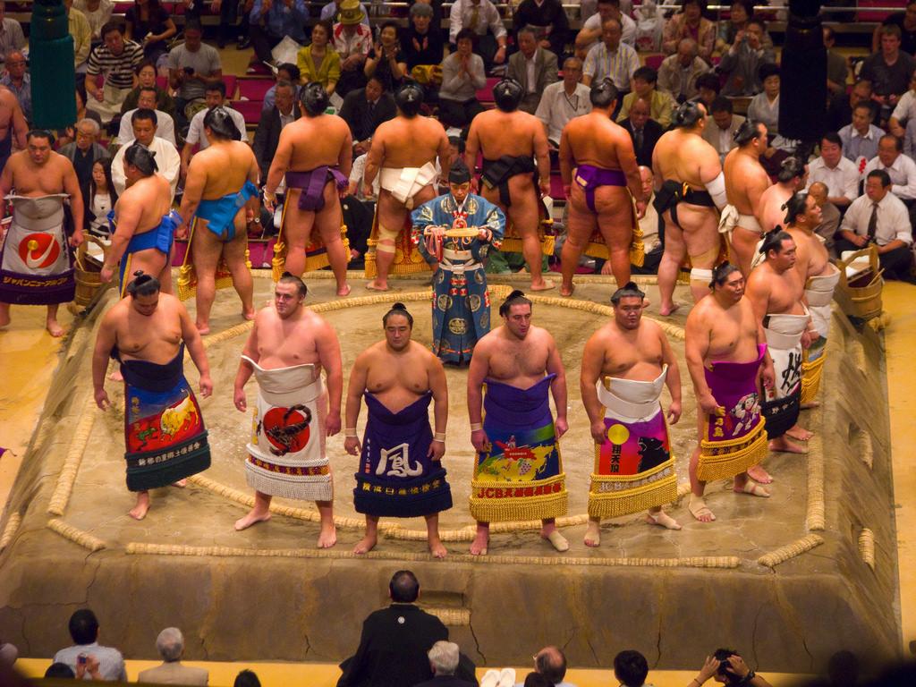 Nhật Bản tranh cãi về việc phụ nữ bị đuổi khỏi sàn đấu Sumo dù đang cứu người