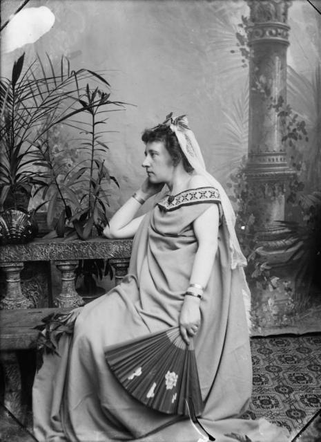 Hai nữ nhiếp ảnh gia chụp lại chân dung 'chuyển giới' của mình từ những năm 1900
