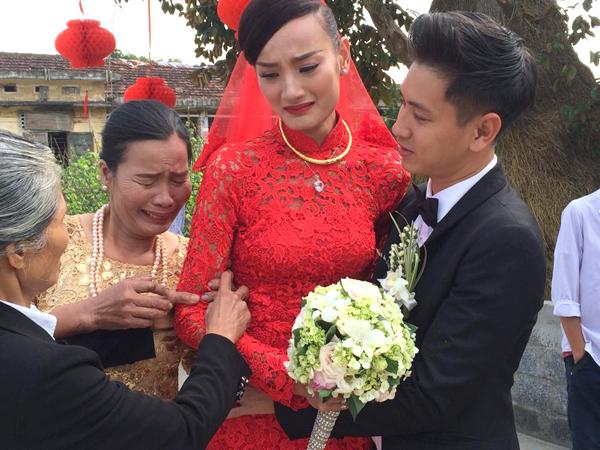 'Con gái là con người ta' hay nỗi niềm hai nhà nội - ngoại trong ngày đưa dâu