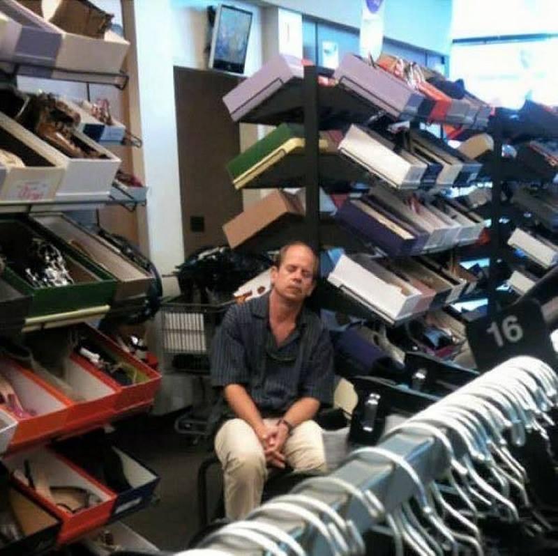 50 sắc thái ngủ gật của các ông chồng khi đợi vợ shopping