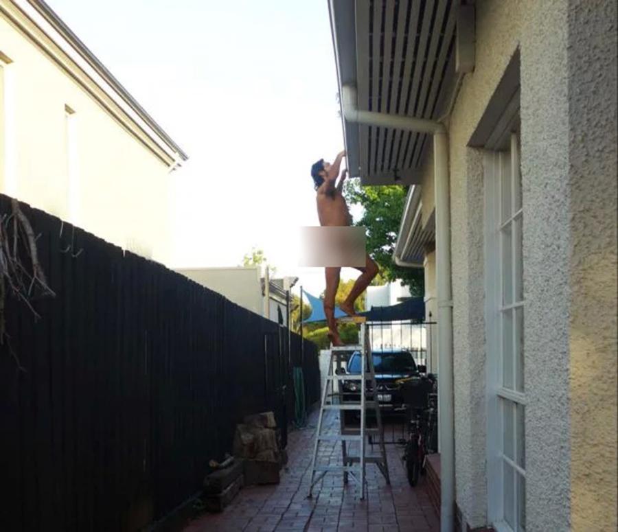 Người đàn ông khoả thân đi khắp nhà để 'dằn mặt' những hàng xóm hay dòm ngó