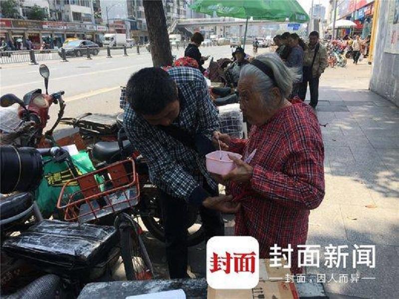 Người con hàng ngày đưa mẹ 92 tuổi mắc bệnh Alzheimer cùng đi làm với mình