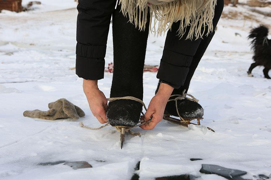 Cụ bà 76 tuổi hàng ngày trượt băng trên hồ Baikal bất kể trời lạnh cắt da vì một lý do đặc biệt