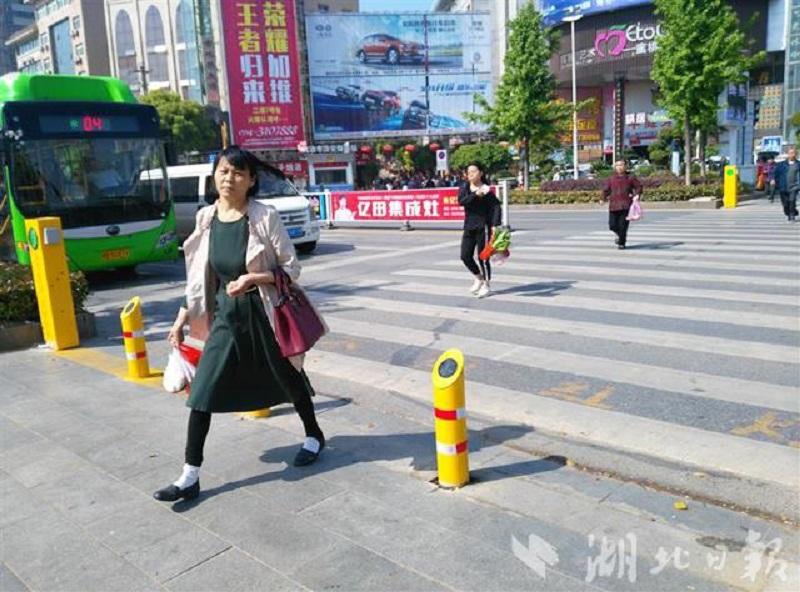 Trung Quốc gắn vòi nước phun sương tại vạch kẻ đường nhằm hạn chế người dân băng đường ẩu