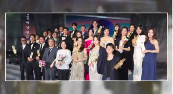 Jung Hae In gây tranh cãi khi chiếm chỗ đẹp chụp ảnh giữa dàn tiền bối toàn 'Ảnh đế, Thị hậu'