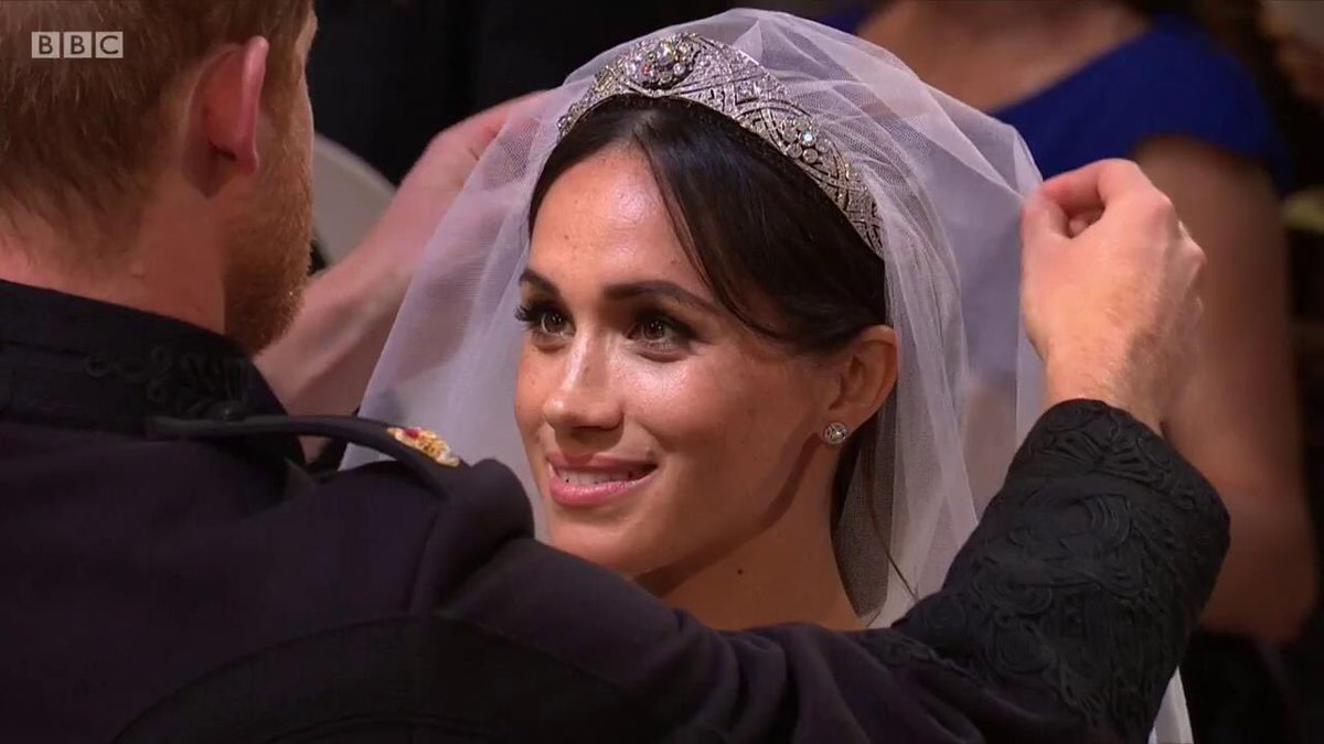 Hãy tìm người đàn ông khóc vì bạn, cười cùng bạn và nhìn bạn như cách Hoàng tử Harry nhìn Meghan