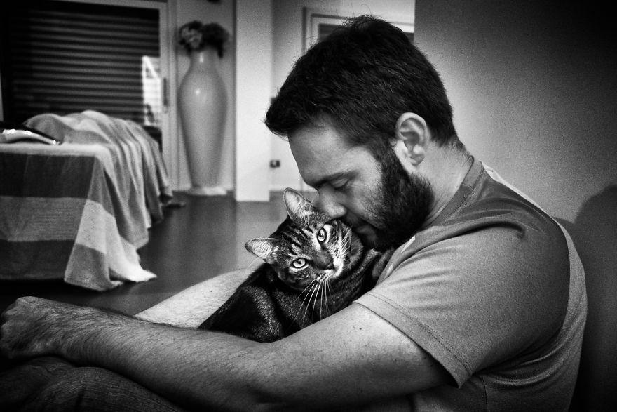 Người đàn ông em yêu có những lúc yếu đuối không ngờ khi ở bên mèo cưng