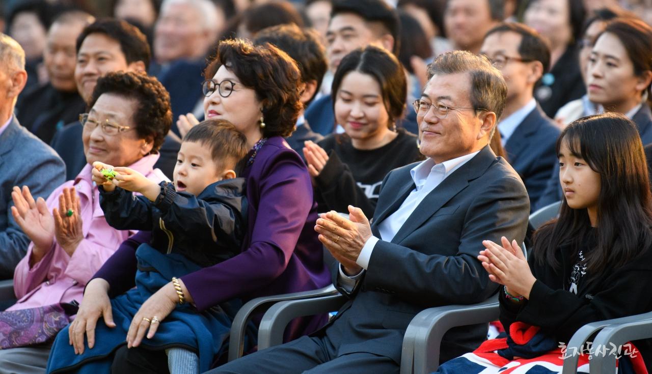 Hai cháu trai của tổng thống Hàn Quốc đáng yêu cỡ nào mà dân mạng 'phát cuồng' đến vậy