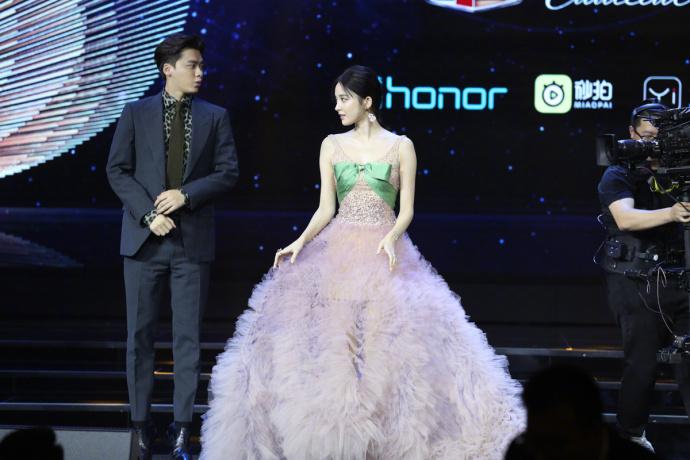 Loạt khoảnh khắc hài hước của 'thánh nhây' Lý Dịch Phong, nam thần 31 tuổi hay là 3 tuổi đây?
