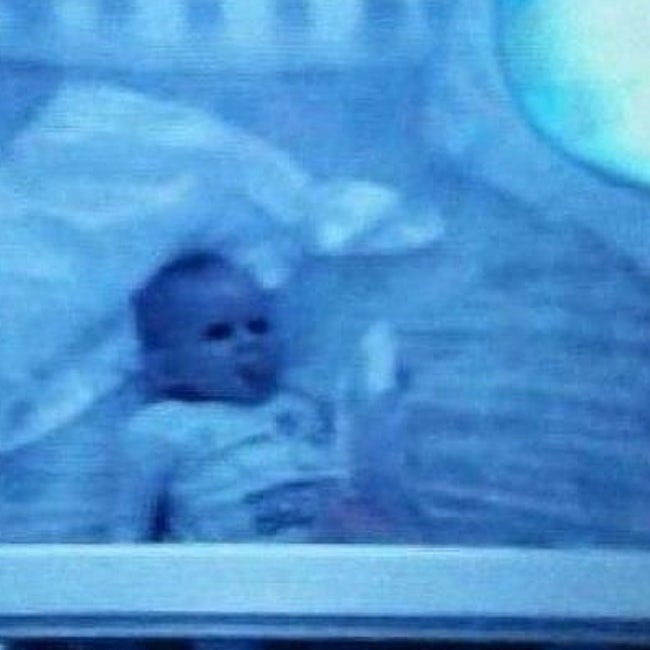 Giật mình khiếp sợ hình ảnh 'creepy' được chụp lại từ camera quan sát phòng ngủ của trẻ