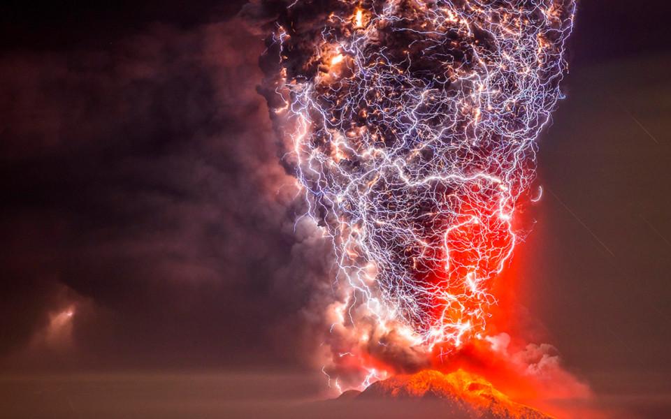 Nhớ lại lần bùng nổ mạnh gấp 10.000 lần bom nguyên tử của ngọn núi lửa vừa gây ra thảm họa sóng thần ở Indonesia