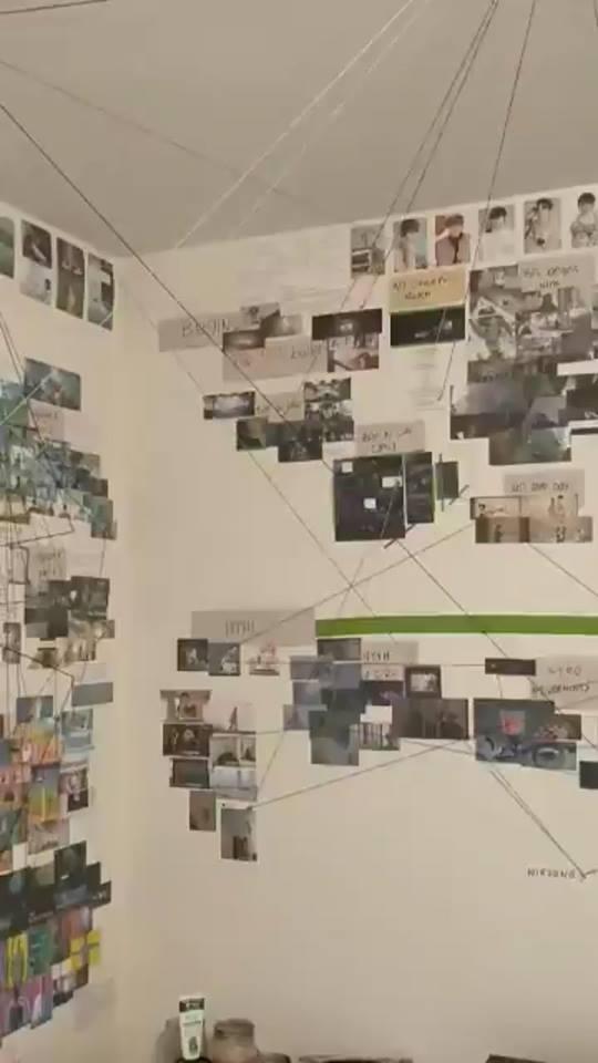 Fan đầu tư cả một căn phòng cắt dán hàng trăm bức ảnh để giải các bí ẩn trong các bài hát của BTS