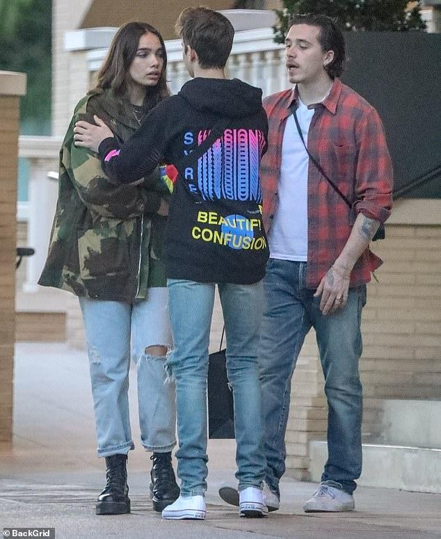 Brooklyn Beckham bật khóc khi cãi nhau với bạn gái ngay trên đường phố, em trai phải dàn xếp giùm